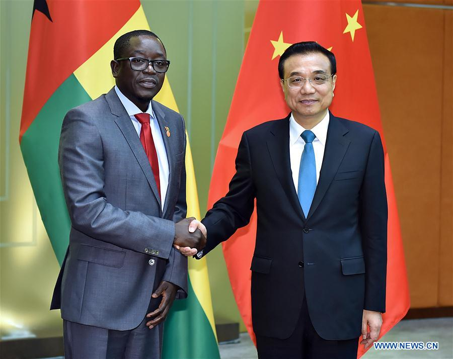 Chinese Premier Li Keqiang (R) meets with Guinea Bissau Prime Minister Baciro Dja, who is in Macao for the opening ceremony of the fifth Ministerial Conference of the Forum for Economic and Trade Cooperation between China and Portuguese-speaking countries, in Macao, south China, Oct. 10, 2016. (Xinhua/Li Tao)