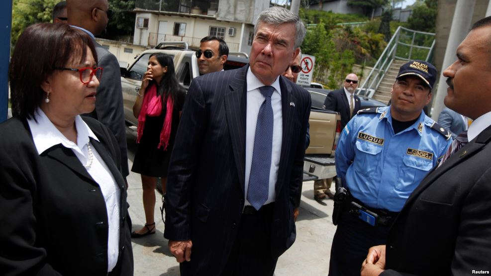 U.S. Customs and Border Protection Commissioner Gil Kerlikowske, center, tours a police checkpoint to check the procedures to detect and stop illegal immigrants in Tegucigalpa, Honduras, Aug. 25, 2016.