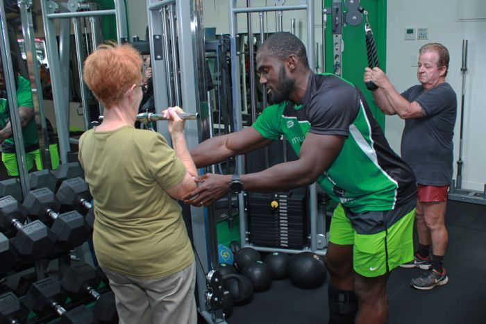 Photo: Mr Nyenuh is helping seniors build muscle and improve their health for free at his gym in Mackay. (ABC Tropical North: Sophie Keste