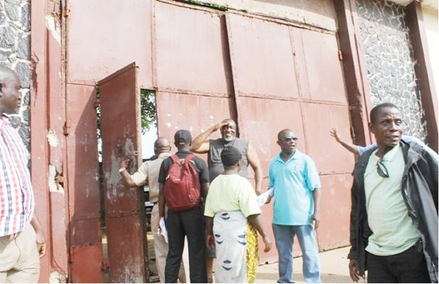 Defendant Browne salutes colleagues before he was sent to the Monrovia Central Prison