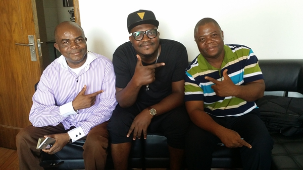Asabre (center) poses for photo with African journalists in Beijing