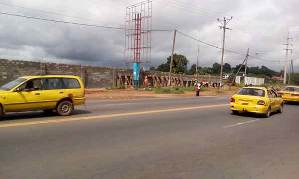 Chinese and Liberian workers fencing the site