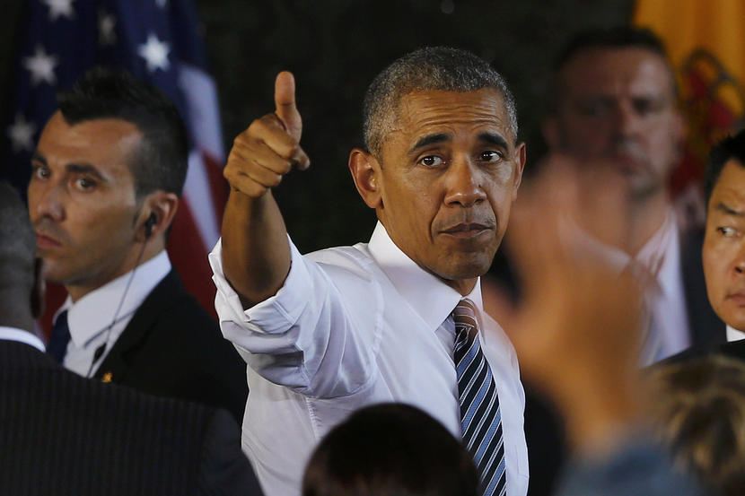 U.S President Barack Obama gives a thumbs up after his speech at the Rota naval airbase, near Cadiz, Spain, July 10, 2016.  REUTERS/Marcelo Del Pozo