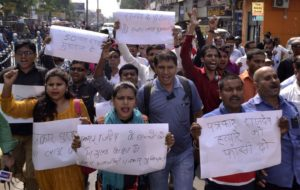 Indian journalists shout slogans during a protest following the killing of journalist Rajdeo Ranjan in Siwan on May 14, 2016.  Gunmen shot dead two journalists in 24 hours in separate incidents in eastern India, police and local reports said May 14, the latest media killing in Asia's deadliest country for reporters. Rajdeo Ranjan, the local bureau chief for Hindi-language daily Hindustan, was travelling on his motorcycle late May 13 in Bihar state when a group of unknown assailants shot him five times. Late on May 12, television journalist Akhilesh Pratap Singh was also shot dead by unknown assailants as he returned home on a motorbike in restive Jharkhand state, which neighbours Bihar, according to local reports.  / AFP / STR