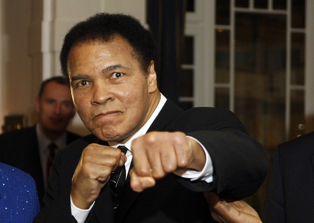 US former heavyweight boxing champion Muhammad Ali gives a punch in front of photographers at hotel Belvedere in Davos 28 January 2006.     AFP PHOTO ERIC FEFERBERG / AFP PHOTO / ERIC FEFERBERG