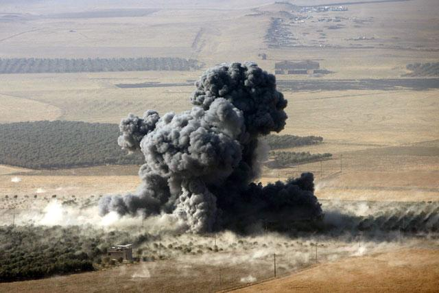 Smoke rises at Daesh militants' positions in the town of Naweran, near Mosul, Iraq, on Sunday (Reuters photo)