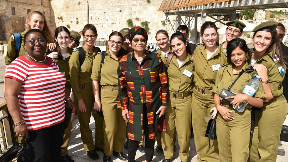 Liberian President Sirleaf with female IDF soldiers at the Western Wall (Photo: Shlomi Amsalem, Israeli Foreign Ministry)