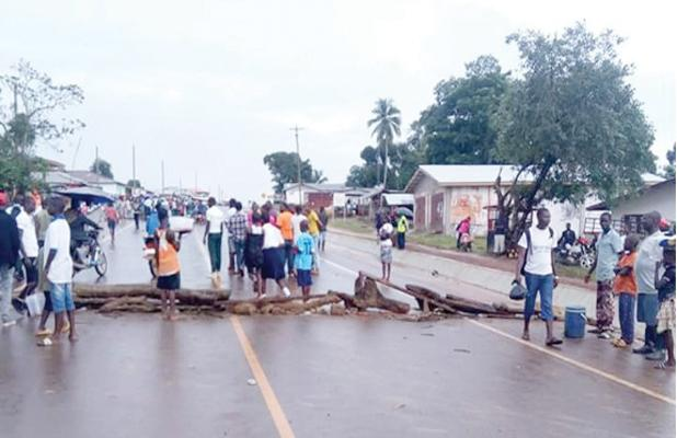 Aggrieved students, who were joined by motorcyclists, blocked the Smell-No-Taste entrance to the airport and also vandalized government facilities in Kakata