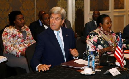 U.S. Secretary of State John Kerry (L) flanked by Kenya's Foreign Affairs Cabinet Secretary Amina Mohamed (R) attends a meeting with Foreign Affairs Ministers from Eastern Africa in Kenya's capital Nairobi, August 22, 2016. REUTERS/Thomas Mukoya