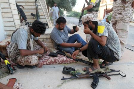 Fighters from Libyan forces allied with the U.N.-backed government load their weapon magazines during a battle with Islamic State fighters in Sirte, Libya August 21, 2016. Picture taken August 21, 2016. REUTERS/Hani Amara