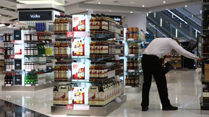 A Duty Free shop is seen in Terminal 2 at Heathrow Airport in London June 4, 2014. Heathrow's rebuilt Terminal 2 welcomed its first passengers on Wednesday, as it began its gradual re-opening.   REUTERS/Neil Hall (BRITAIN - Tags: TRANSPORT BUSINESS TRAVEL) - RTR3S6WC