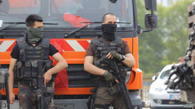 Members of the police special forces stand guard in front of the Air Force Academy in Istanbul, Turkey, July 18, 2016. – VOA NEWS