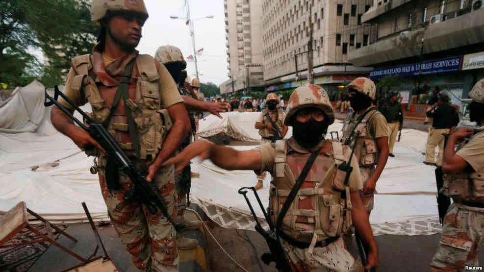 Paramilitary soldiers stand guard near the dismantled makeshift tents of the supporters of Muttahida Qaumi Movement (MQM) political party after a protest, in Karachi, Pakistan, Aug. 22, 2016./VOA