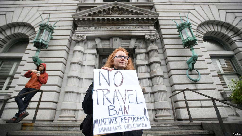 Beth Kohn protests against U.S. President Donald Trump's executive order outside the 9th U.S. Circuit Court of Appeals courthouse in San Francisco, California, Feb. 7, 2017. (Credit VOA)