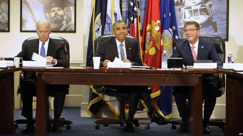 From left, Vice President Joe Biden, President Barack Obama, and Defense Secretary Ash Carter arrive for a National Security Council Meeting on efforts to counter the Islamic State campaign group, Aug. 4, 2016, at the Pentagon- CREDIT/VOA News.