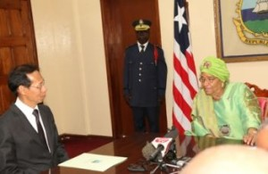 President Sirleaf discusses with Ambassador Vhittarat of Thailand