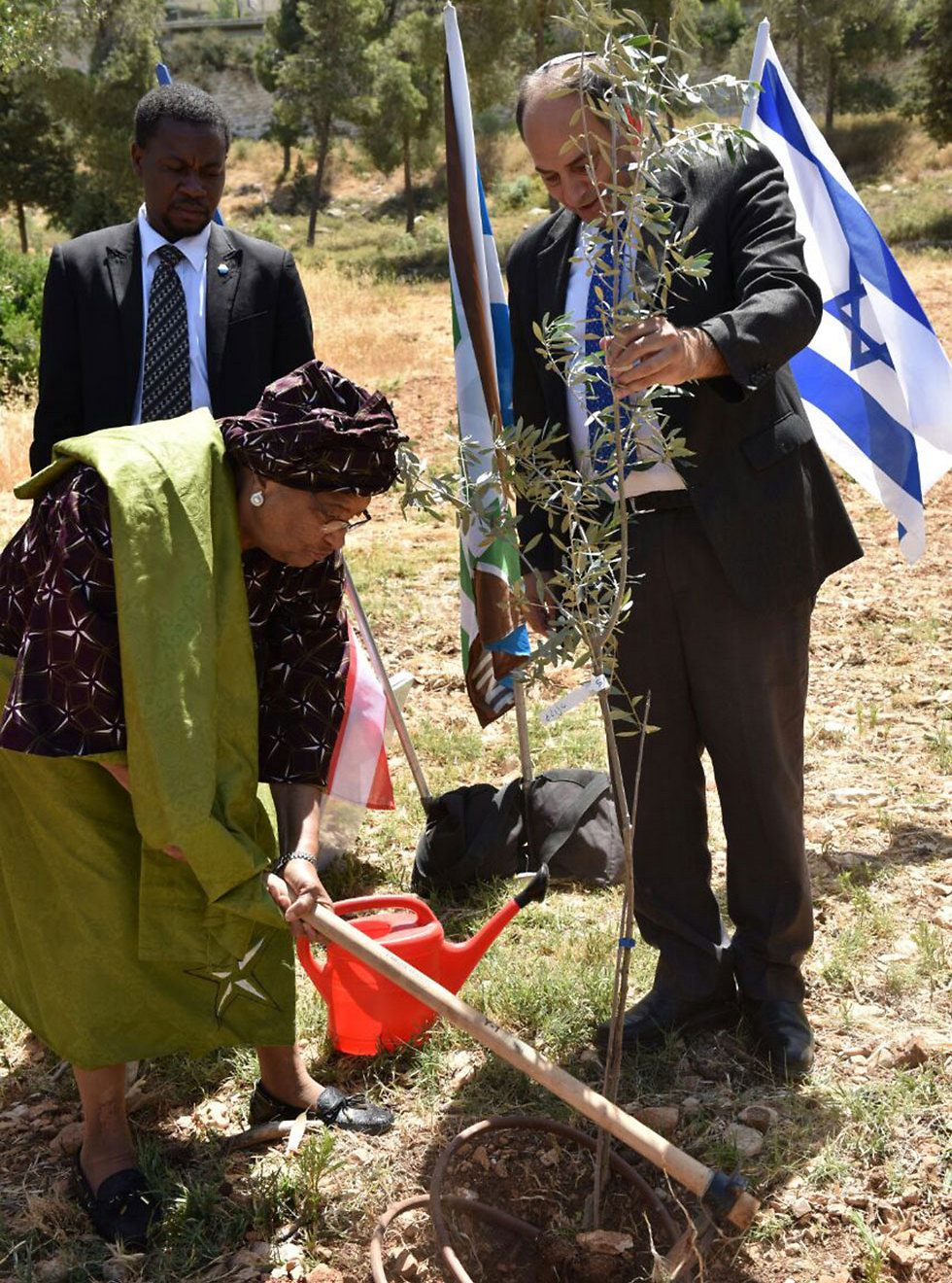President Sirleaf planting perform the Zionist tradition of planting a tree in Israel (Photo: Shlomi Amsalem, Israeli Foreign Ministry)