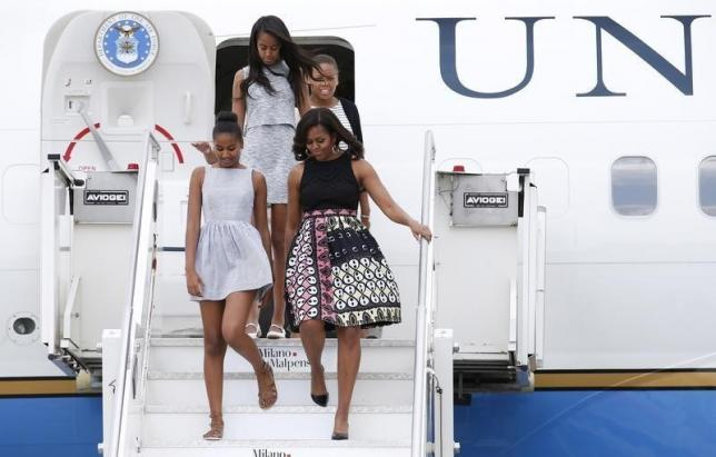 U.S. first lady Michelle Obama (R) with her daughters Sasha (L) and Malia (top)