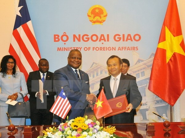 Vietnam and Liberia signed a joint communiqué establishing bilateral diplomatic ties during a ceremony in Hà Nội yesterday. — VNA/VNS Photo Nguyễn Khang